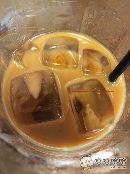 网友在喝咖啡时无意中发现,咖啡中竟然住了一个迪斯尼公主。。。