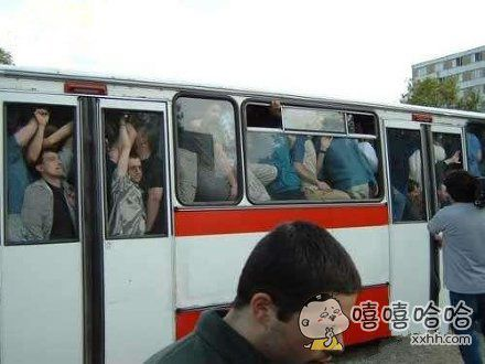 用生命在坐公交车