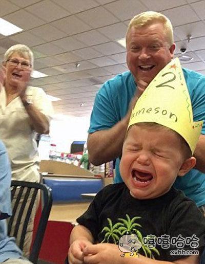 全家人都在为这个叫做Jameson的小男孩开心地庆祝两岁生日,只有他一脸委屈难过,两岁太老了,我只想永远当一个一岁的宝宝