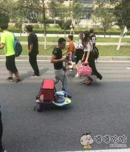 自从学校不允许骑电动车送餐之后。