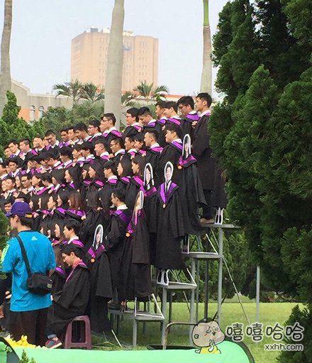 台大的同学拍毕业照,边上有几个同学没有来参加