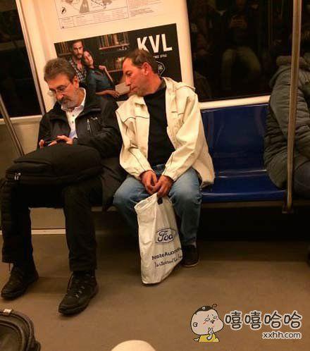 坐地铁时遇到这种人真是讨厌死啦