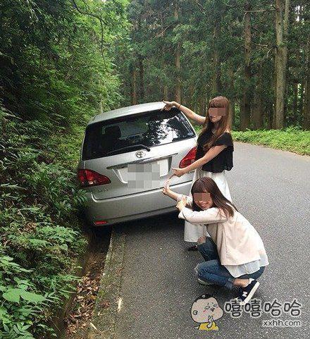 车轮掉沟里了,真倒霉!算了,先拍张照吧!