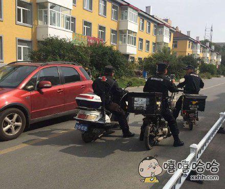 回家路上看到巡逻的警察叔叔兼职送外卖