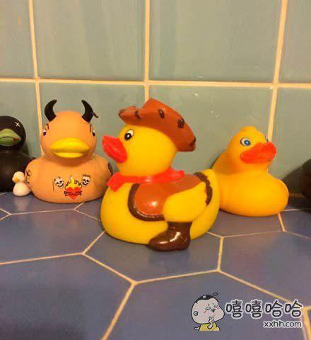 盯着这只玩具鸭子看了半天总觉得哪里不对