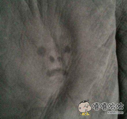 有人发了一张很恐怖的脸,然而这只是一个孩子把脸埋在地毯上哭的结果……