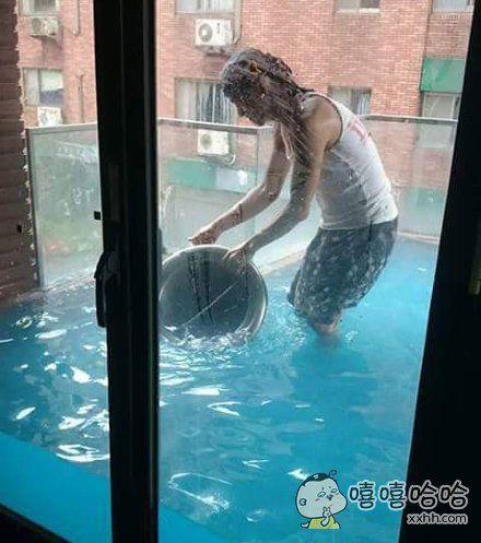 一个家里阳台门密封性太好的网友,阳台可以游泳了。