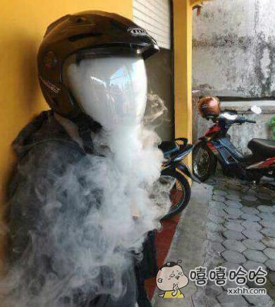二逼戴着头盔抽烟的时候。。