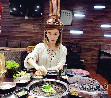第一次吃韩国烤肉,朋友说必须戴着帽子才能吃。