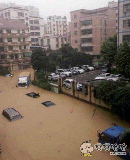 深圳大雨,某小区交钱和没交钱的车位。