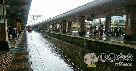 网友在花莲火车站等船