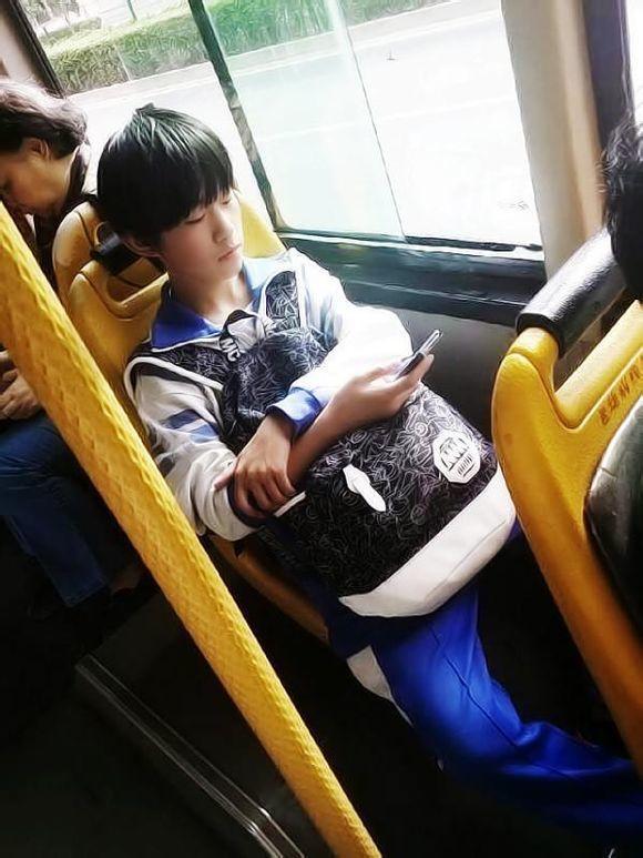 王源穿着校服的照片
