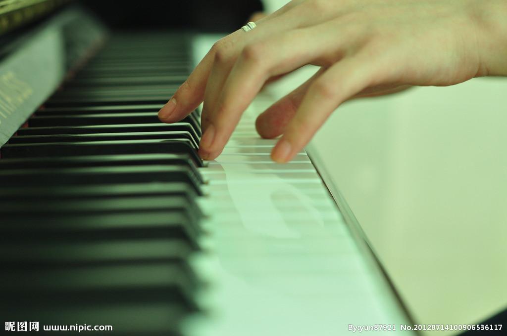 短头发女生弹钢琴