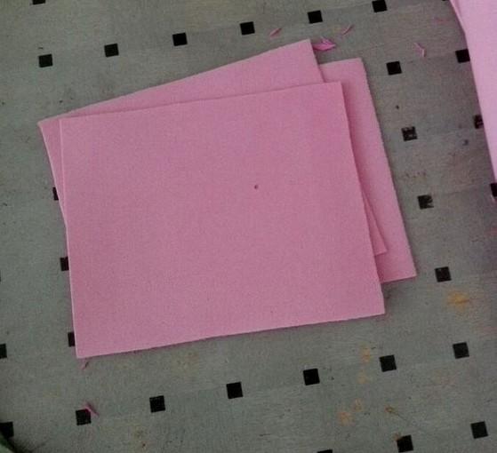 先裁一张长方形的海绵纸