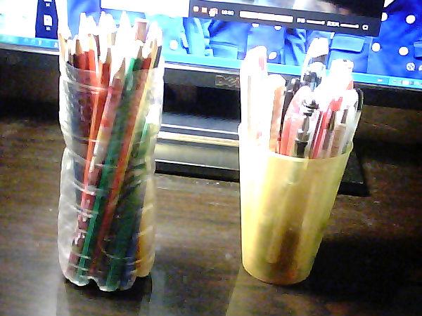 装彩色铅笔的那个笔筒是小学做手工的时候无聊用矿泉水瓶子做的貌似.图片