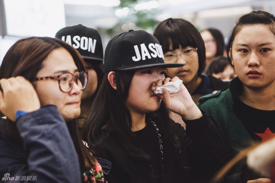 【夏天】张杰潮装抵沪墨镜酷帅 歌迷等候激动落泪图片