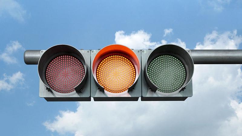 世界上第一个红绿灯是1868年在英国伦敦的威斯米斯特区使用的。当时的红绿灯只有红绿两色,是用煤气点燃发光的。由于使用煤气发生了爆炸,伤了警察,使研究交通信号的兴趣被冲淡了。直到1914年,电开关的红绿灯才在美国的俄亥俄州克利夫兰使用。这种装置奠定了现代交通指挥信号的基础。随着各种交通工具的发展和交通指挥的需要,第一盏名副其实的手控三色红绿灯(红、黄、绿三种标志)于1918年在美国的纽约诞生。那时黄灯信号是为左右转变的车辆设置的。 交通指挥灯是谁发明的? 交通指挥灯是非裔美国人加莱特摩根在1923年发明的。